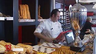 Capture d'écran montrantStéphane Cazenave, boulanger à Saint-Paul-lès-Dax, dans son magasin, en février 2015. ( FRANCE 2 / FRANCETV INFO / ESA)