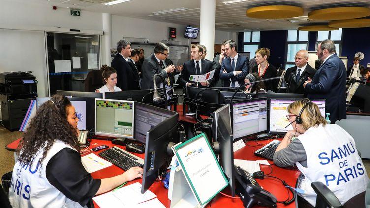 Le président de la République, Emmanuel Macron, et le ministre de la Santé, Olivier Véran, écoutent les explications du professeur Pierre Carli, directeur du Samu de l'hôpital Necker, le 10 mars 2020, à Paris. (LUDOVIC MARIN / AFP)