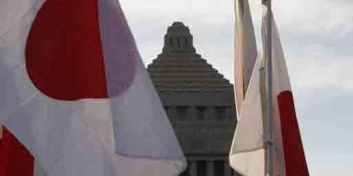 Le Parlement japonais à Tokyo apparaît derrière des drapeaux tenus par des militants du mouvement nationaliste Ganbare Nippon en train de manifester le 1er décembre 2010. (Reuters - Issei Kato)