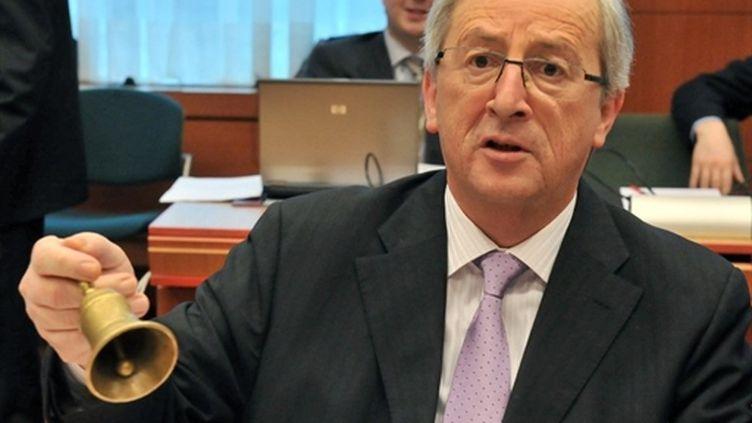Jean-Claude Juncker sonnant la cloche de la séance de l'Eurogroupe à Bruxelles, le 14/02/11 (AFP/Georges Gobet)