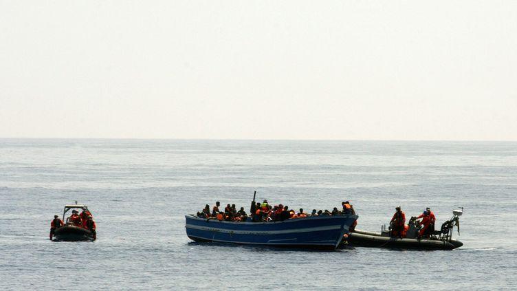 Des garde-côtes viennent au secours de migrants, le 8 mai 2015 à Lampedusa (Italie). (BUNDESWERHR / PAO MITTELMEER / DPA / AFP)