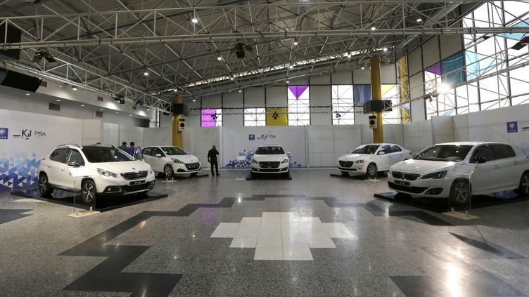 Le showroom Peugeot Iran Khodro Industrial Group dans la capitale iranienne Téhéran, le 5 octobre 2016. (ATTA KENARE / AFP)