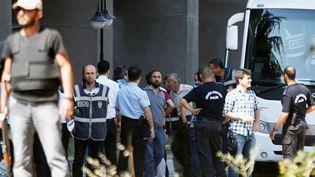 Des membres du personnel militaire, soupçonnés d'être impliqués dans la tentative de coup d'Etat en Turquie, arrivent au palais de justice d'Ankara, le 18 juillet 2016. (BAZ RATNER / REUTERS)