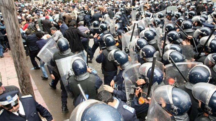 Les manifestants s'affrontent aux forces de l'ordre à Casablanca (Maroc), le 13 mars 2011. (AFP - Chafik)