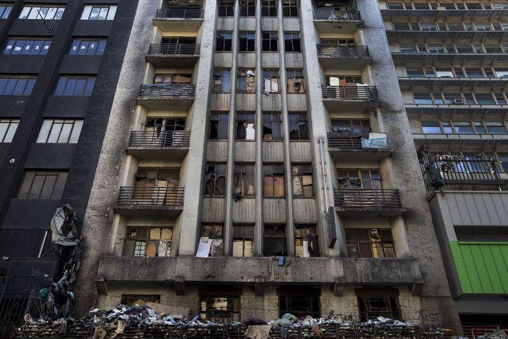 La façade d'un immeuble désaffecté, rempli d'immondices, où vivent des migrants africains sans eau courante ni électricité. Plusieurs incendies se sont déjà déclarés dans ce bâtiment du centre-ville de Johannesburg (Afrique du Sud). (JONATHAN TORGOVNIK / THE VERBATIM AGENCY)