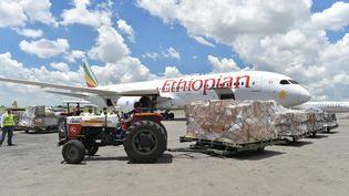 Déchargement, le 24 mars 2020, d'un avion d'Ethiopian Airlines à Addis Abeba, la capitale de l'Ethiopie. Le fret a permis à la compagnie de résister à la crise du transport aérien mondial dans le contexte de pandémie de coronavirus. (TONY KARUMBA / AFP)
