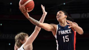 L'ailière forte des Bleues, Gabby Williams, attaque le panier, ici lors de l'entrée en lice de l'équipe de France féminine contre le Japon, mardi 27 juillet. (ARIS MESSINIS / AFP)