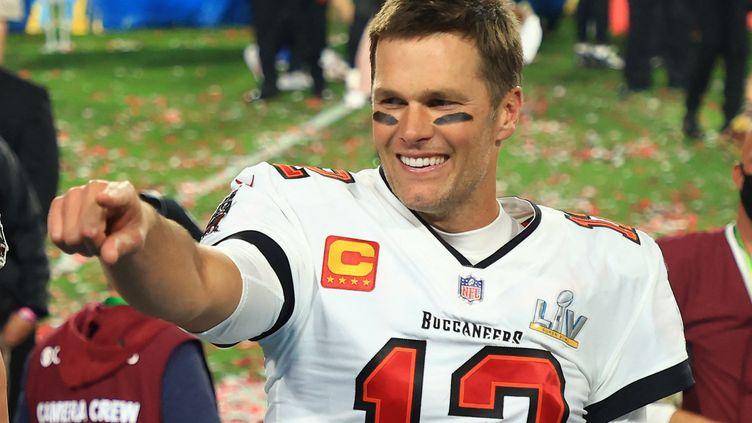 Tom Brady célèbre la victoire de son équipe des Tampa Bay Buccaneers lors du Super Bowl, le 7 février 2021. (MIKE EHRMANN / AFP)