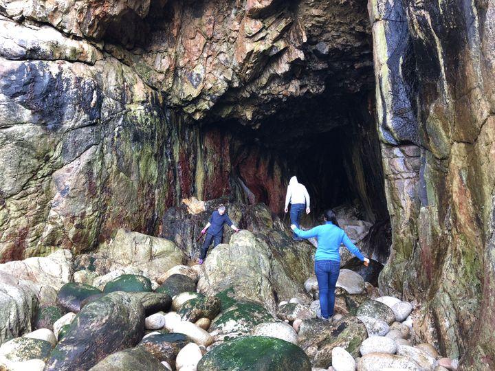 La grotte marine n'est accessible qu'à marée basse lors de très forts coefficients. (CAROLE BELINGARD / FRANCEINFO)