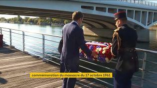 """Emmanuel Macron dépose une gerbe de fleurs, le 16 octobre 2021, à Bezons (Val d'Oise), """"sur un lieu de mémoire"""" du massacre des Algériens du 17 octobre 1961. (FRANCEINFO)"""
