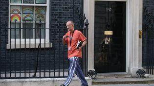Dominic Cummings, conseiller spécial de Boris Johnson, quitte les bureaux du Premier ministre britannique, à Londres, le 24 mai 2020. (ISABEL INFANTES / AFP)