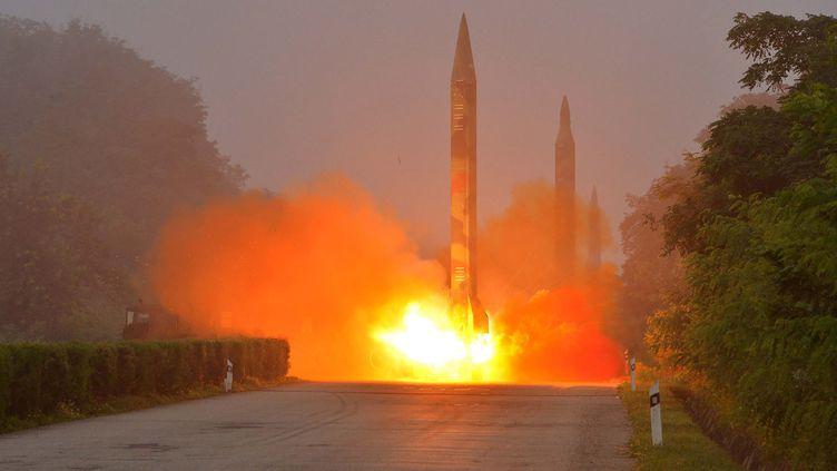 Photo datant du 21 juillet 2016 diffusée par l'agence de presse officielle nord coréenne KCNA, montrant un missileHwasong. (KNS / KCNA / AFP)