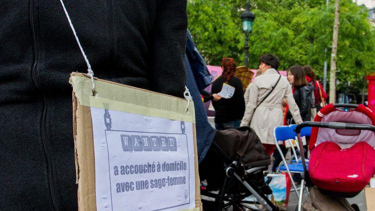 Un rassemblement du Comitéde defense de l'accouchementà domicile à Paris en 2014. (BRUNO LEVESQUE / MAXPPP)