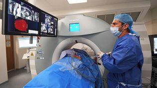 Un médecin traite un patient atteint d'un cancer du rein, le 7 novembre 2017 à Marseille. Photo d'illustration. (ANNE-CHRISTINE POUJOULAT / AFP)