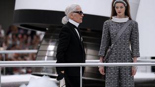 Le couturier Karl Lagerfedl au final du défilé Chanel prêt-à-porter automne-hiver 2017-2018 au Grand Palais à Paris, le 20 juin 2019 (PATRICK KOVARIK / AFP)