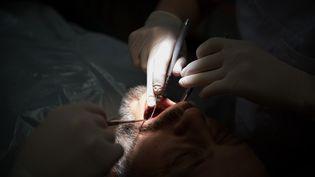 Acte médical dans un cabinet de chirurgien dentiste. (DANIEL REINHARDT / DPA / AFP)