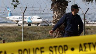 Un avion de ligne égyptien sur le tarmac de l'aéroport deLarnaca (Chypre), où il a atterri après avoir été détourné, le 29 mars 2016. (MAXPPP)