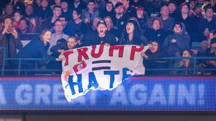 "Des opposants à Donald Trump déployant une banderole où l'on peut lire ""Trump = haine"", lors du meeting du milliardaire à Chicago (Etats-Unis), le 11 mars 2016. (SCOTT OLSON / GETTY IMAGES NORTH AMERICA / AFP)"