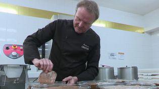 En cette semaine de Noël, France 2 décline le chocolat sous différentes formes. Lundi 23 décembre, Patrice Chapon nous présente sa mousse au chocolat réalisée selon une méthode artisanale. (France 2)