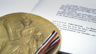 """Le Conseil constitutionnel a affirmé vendredi 6 juillet qu'une aide désintéressée au """"séjour irrégulier"""" ne saurait être passible de poursuites. (JOEL SAGET / AFP)"""