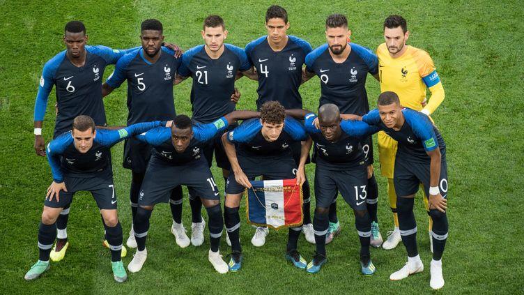 L'équipe de France sur la pelouse du stade Saint-Pétersbourg (Russie), avant son match contre la Belgique, le 10 juillet 2018. (ELMAR KREMSER /SVEN SIMON / DPA / AFP)