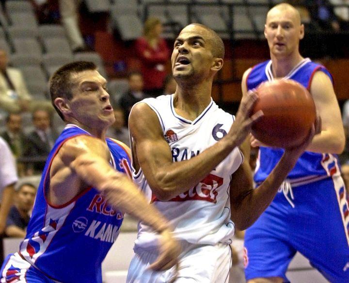 Tony Parker, le 9 septembre 2001, lors d'un match de l'Eurobasketcontre la Russie, à Istanbul (Turquie). (GEORGI LICOVSKI / EPA / MAXPPP)