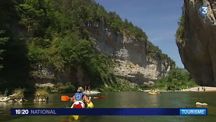 Des kayaks passent dans les gorges du Tarn (Lozère). (CAPTURE D'ECRAN / FRANCE 3)