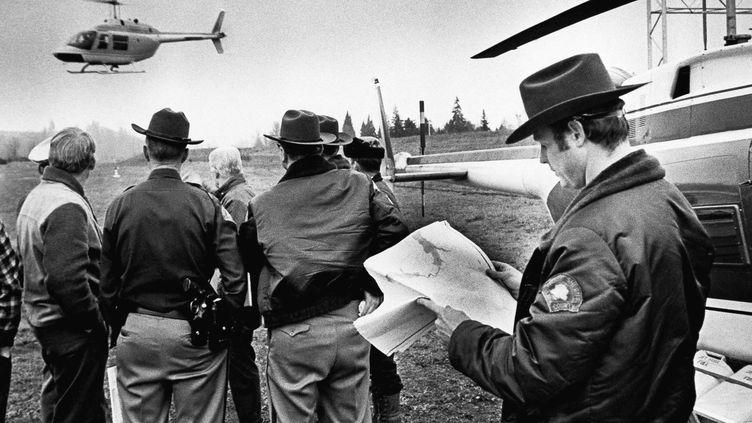 Des enquêteurs du FBI à la recherche de D.B Cooper, le 28 octobre 1976 à Woodland (Etats-Unis). (AP / SIPA)