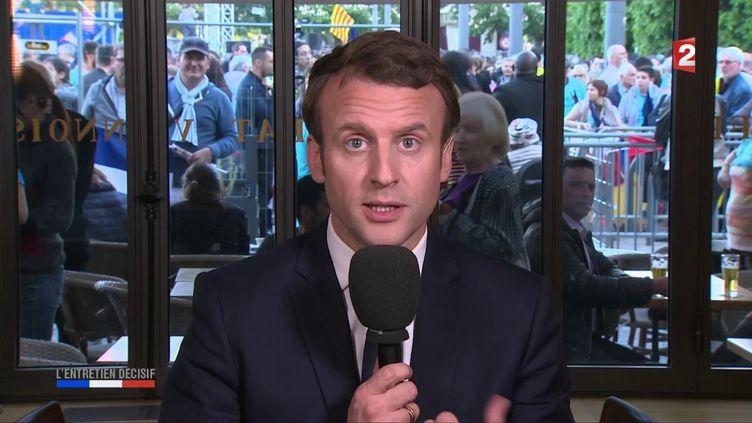 """Emmanuel Macron invité de l'émission de France 2 """"L'Entretien décisif"""", en duplex depuis Albi (Tarn), le 4 mai 2017. (FRANCE 2)"""