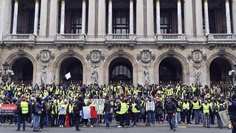 Sitting des Gilets jaunes à l'Opéra de Paris, sur les marches du Palais Garnier, le 15 décembre 2018 à Paris  (Mustafa Yalcin / Anadolu Agency / AFP)