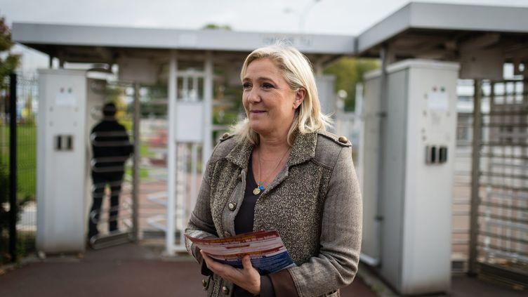 La présidente du FN, Marine Le Pen, distribue des tracts devant une usine de Douvrin (Pas-de-Calais), le 14 octobre 2015. (MAXPPP)