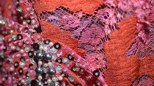 """Création d' Alessandra Campisi. Détail d'une robe en dentelle bicolore rebrodée de perles et paillettes, coordonnée à un cache-épaule assorti. Cette robe porte le nom de Carmen sur la Lagune.Entourée par les eaux, on pense immédiatement à ses gondoles naviguant sur le Grand Canal. Que serait Venise sans sa Lagune ? Sa forme de """"S"""" inversé serait-elle un avertissement aux visiteurs qui arrivent dans un qu'ils arrivent dans un lieu Superbe, Sensuel et Sans Pareil ?  (Dentelles Établissement SOLSTISS Caudry)"""