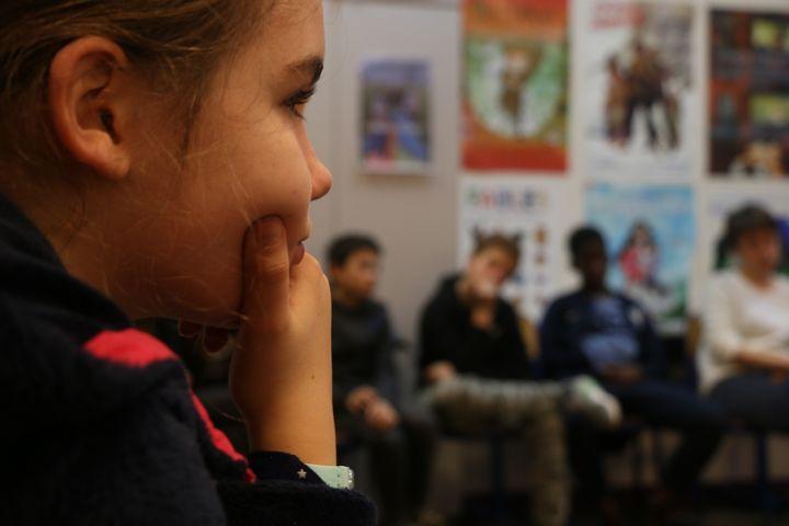 Une élève de cinquième et plusieurs de ses camarades lors d'un débat avec des animateurs de l'association Dans le genre égales, le 5 décembre 2017, au collège Henri-Matisse, à Paris.  (VALENTINE PASQUESOONE / FRANCEINFO)