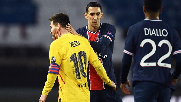 Lionel Messi et Angel Di Maria se saluent après le match nul entre le PSG et le Barça mercredi 10 mars 2021. (FRANCK FIFE / AFP)