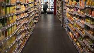 Un femme dans un supermarché, à Paris, en 2014. (JOEL SAGET / AFP)