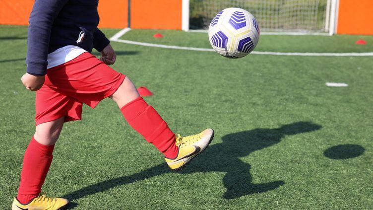 Un enfant en stage de football à Genevilliers, le 15 avril 2021. (ARNAUD JOURNOIS / MAXPPP)