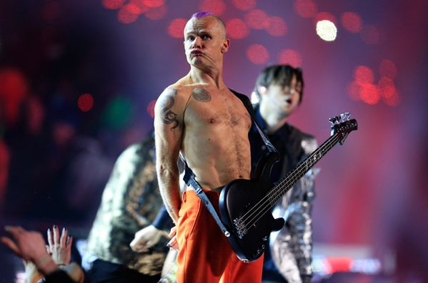 Flea des Red Hot Chili Peppers, basse visiblement débranchée, au Super Bowl 2014.  (Rob Carr / Getty Images North America / AFP)