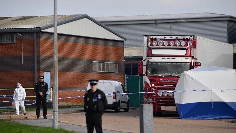 Des policiers britanniques et une équipe scientifique près du camion frigorifique où on été retrouvés les 39 personnes décédées, à Grays, près de Londres, le 23 octobre 2019. (BEN STANSALL / AFP)