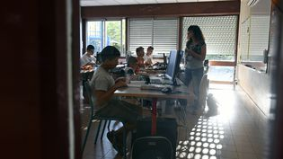 Une classe de collégiens de Lyon, le jour de la rentrée 2016. (PHILIPPE DESMAZES / AFP)