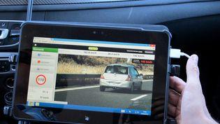 Les voitures de police embarquant un radar mobile pourront désormais flasher les véhicules en excès de vitesse dans les deux sens de la circulation. (  MAXPPP)