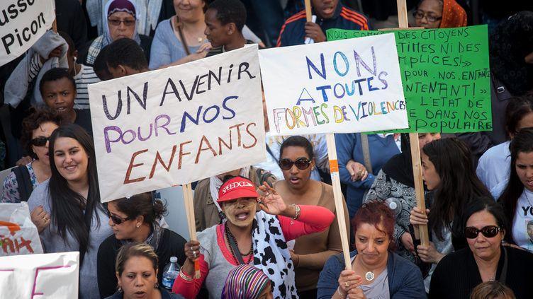 Plusieurs centaines de personnes,principalement des habitants des quartiers nord, marchent contre la violence et les inégalités àl'appel du Collectif du 1er juin, le 1er juin 2013 à Marseille. (MAXPPP)