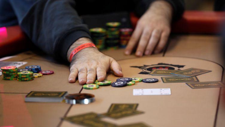 Un joueur de poker à la Grande halle de la Villette, à Paris, le 5 novembre 2016. (Photo d'illustration) (THOMAS SAMSON / AFP)