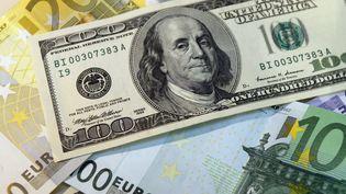 Des billets d'euros et de dollars. (PHILIPPE DESMAZES / AFP)