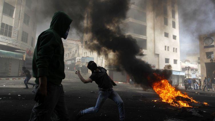 Heurts le 3 avril 2013 à Hébron, en Cisjordanie, entre jeunes manifestants palestiniens et soldats israéliens. (AMMAR AWAD / REUTERS )