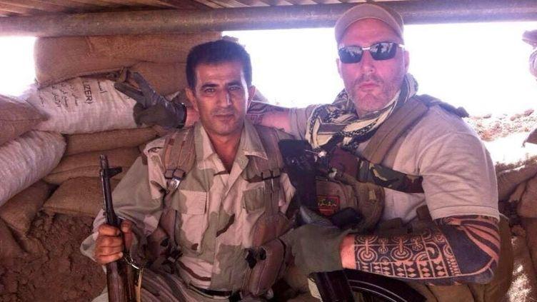 Un des trois motards néerlandais pose aux côtés d'un combattant kurde, dans le nord de l'Irak, dans une photo postée le 10 octobre 2014 sur Twitter. (@SHIYOKI87 / TWITTER)