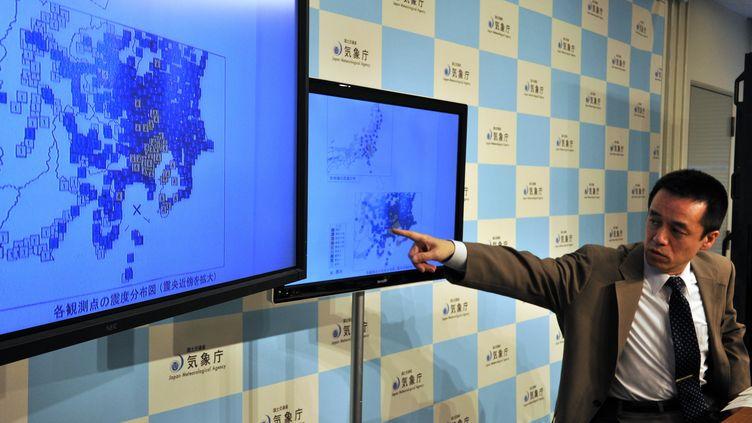 Un sismologue del'agence météorologique japonaise, lors d'une conférence de presse le 5 mai 2014 à à Tokyo (Japon), après leséisme de magnitude 6,2 qui a touché l'est du pays. (YOSHIKAZU TSUNO / AFP)