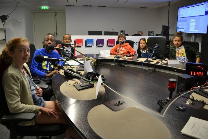 Ces écoliers, élèves en CM2, ont posé leurs questions depuis un studio de Radio France, au micro de franceinfo junior (en partenariat avec le magazine d'actu pour enfants 1jour1actu et 1jour1actu.com). (E. Faure / franceinfo junior) (E. Faure / franceinfo junior)