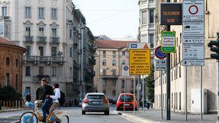 Illustration : des panneaux indiquant un péage urbain de Milan (Italie), en octobre 2018. (OLIVIER CORSAN / MAXPPP)