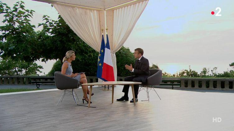 """Anne-Sophie Lapix et Emmanuel Macron, le 26 août 2018 sur le plateau du """"20 heures"""" de France 2, délocalisé à Biarritz (Pyrénées-Atlantiques). (FRANCE 2)"""