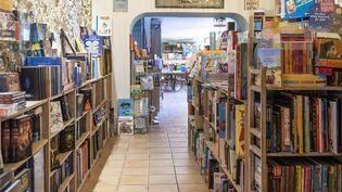 """L'intérieur de la librairie """"Autour d'un livre"""", entrée en résistance contre les mesures de fermeture du deuxième confinement, le 13 novembre 2020 à Cannes (SYSPEO / SIPA)"""